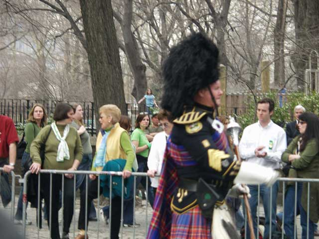 bagpiper-and-spectators_001.jpg
