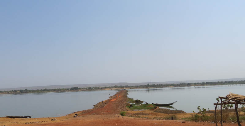 In_the_dry_season_the_Niger_has_shrunk_considerably_notice_the_mooring_point_in_the_foreground.jpg