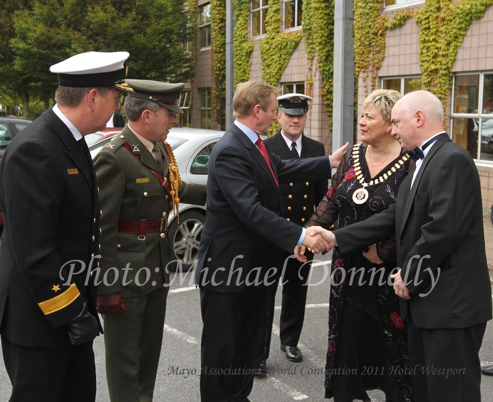 e87d2741_teresa_welcomes_enda_tn.jpg