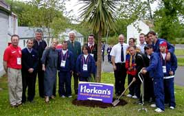 Planting a tree to mark the Venezuelan visit